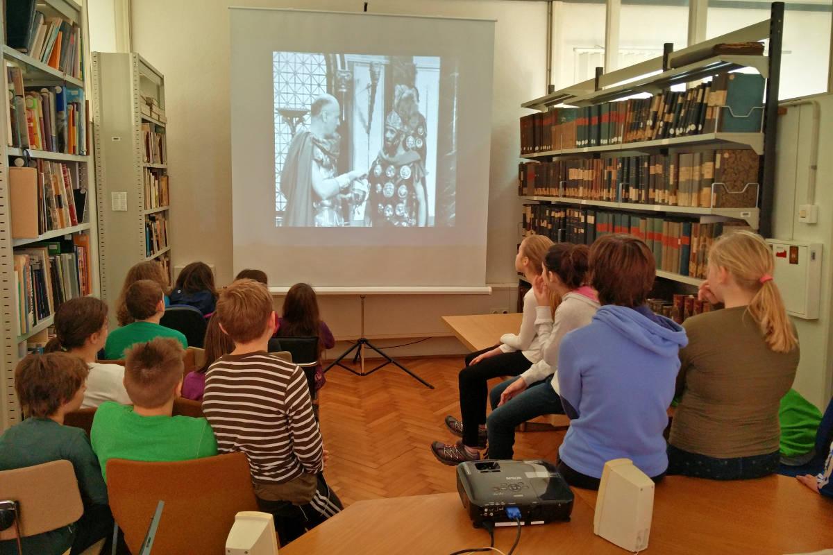 Učenci pri ogledu filma z naslovom Arhivistika ni dolgočasna veda