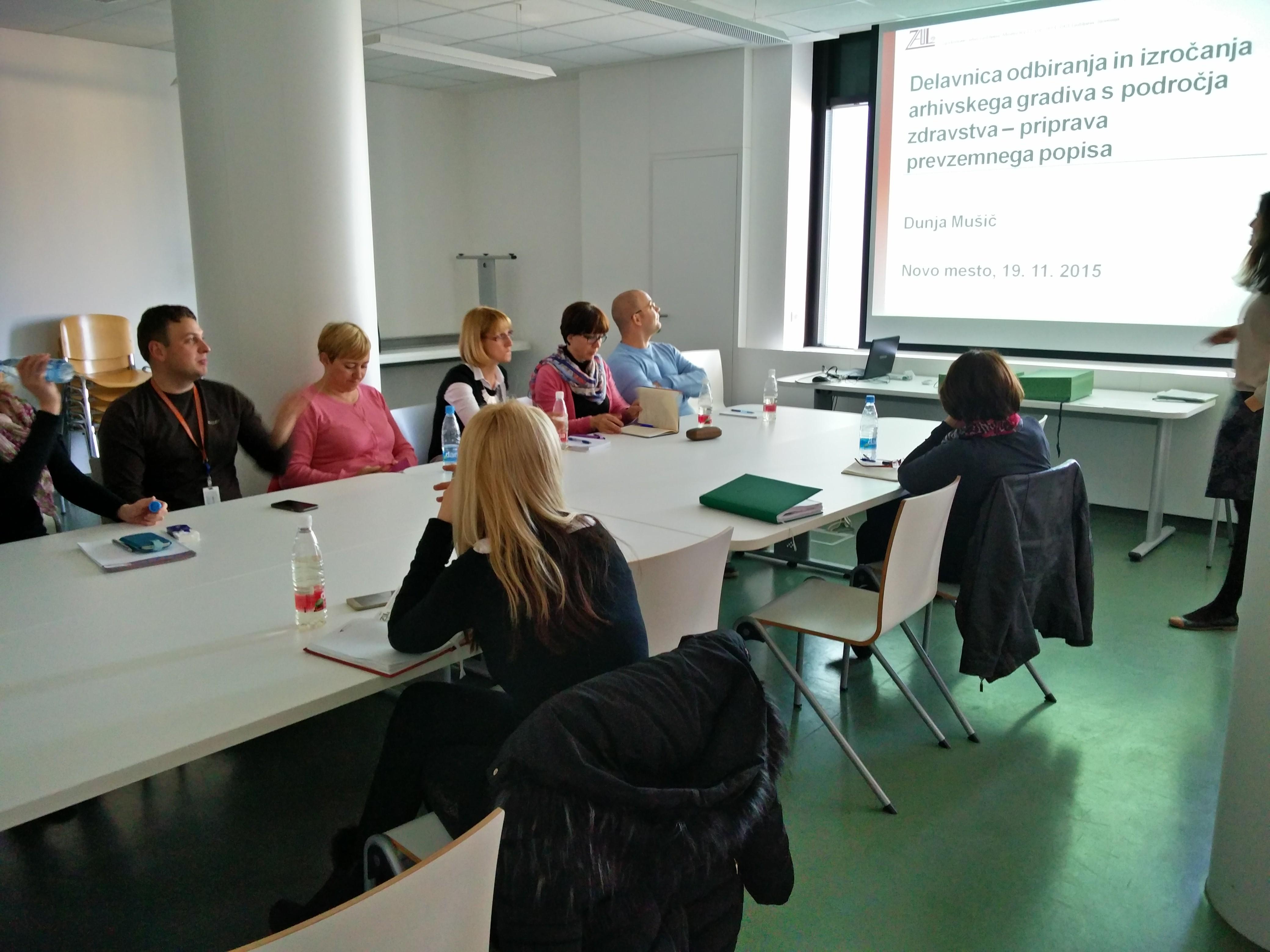 Udeleženci pri predavanju seminarja za strokovno usposabljanje za delo z dokumentarnim in arhivskim gradivom