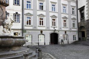 Pročelje stavbe Zgodovinskega arhiva v Ljubljani, Mestni trg 27