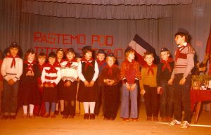 Sprejem cicibanov med pionirje v šolskem letu 1981/1982. SI_ZAL_ČRN/0022 Osnovna šola Komandanta Staneta Dragatuš, t. e. 1, Kronika za leta 1979–1989.